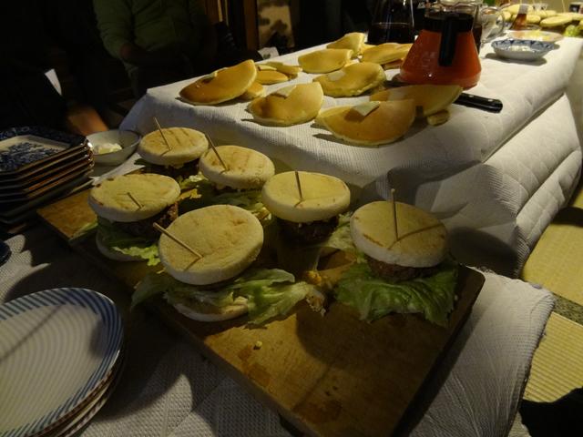 ハンバーガーとホットケーキと100%グレープフルーツジュース